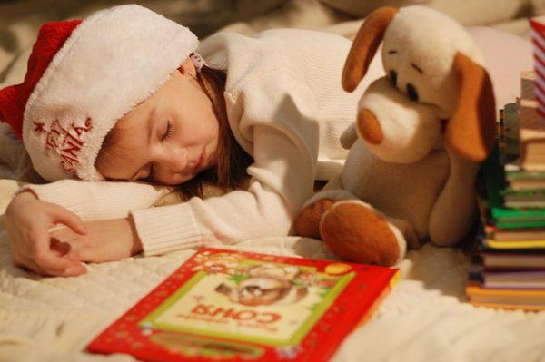 絵本に夢中になって眠る