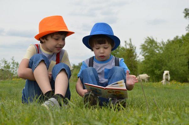 絵本を読む子供達