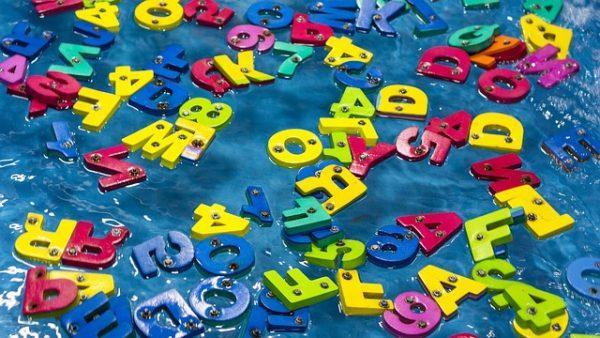散らばるアルファベット