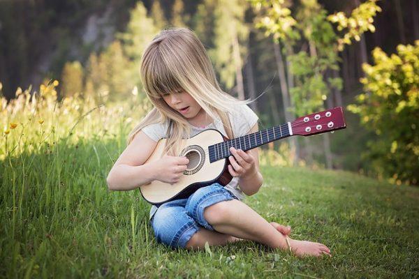 楽器を弾く子ども