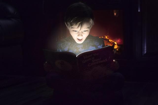 本を開いて驚く子ども