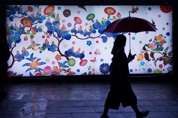 壁画アーティストと傘
