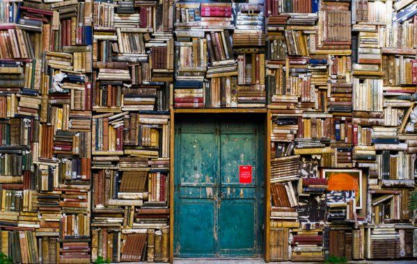 ぎっしり積まれた本の壁