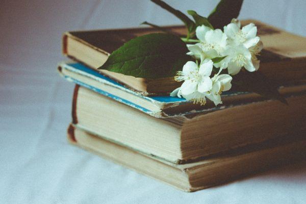古い本とお花
