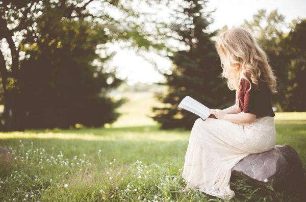 本を読む大人
