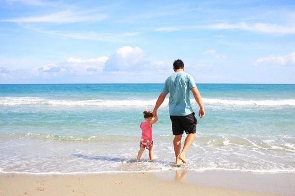 海辺の父娘
