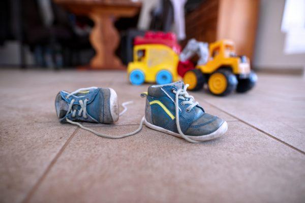 脱がれた靴