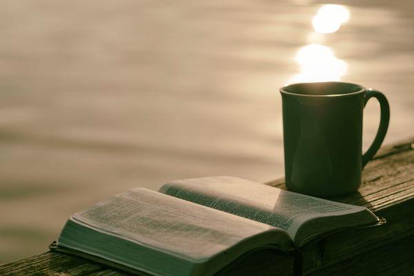 開いた本とコーヒー