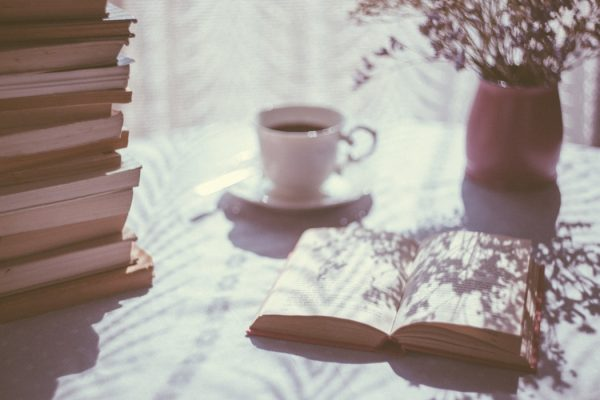 明るいところに開かれた本