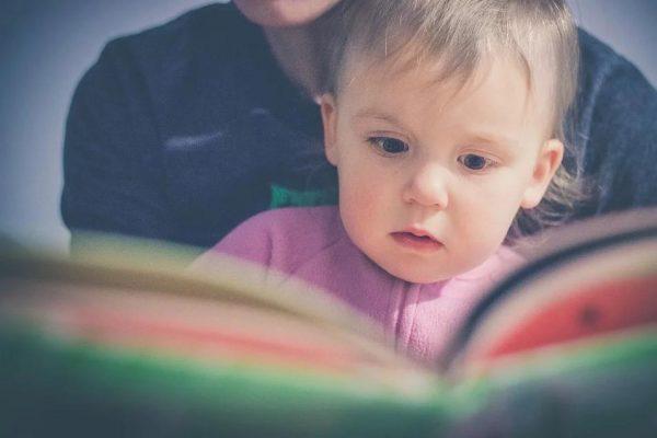 絵本を読んでもらう子