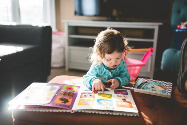 絵本を読む小さな女の子