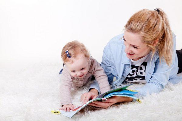 布地の絵本を読む親子