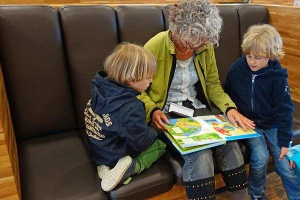 絵本を読み聞かせるおばあちゃん