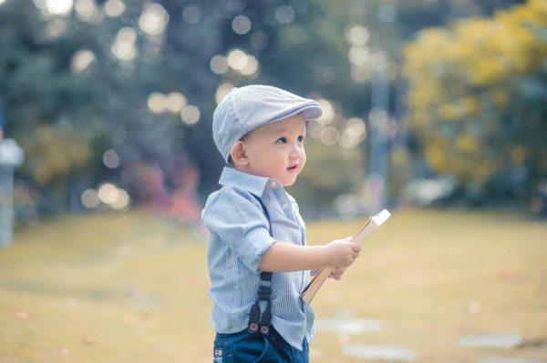 本を持つ男の子