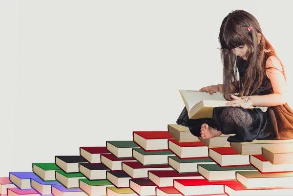 本の上に座る女の子