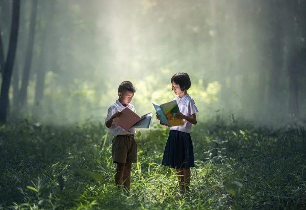 本を開く子どもたち