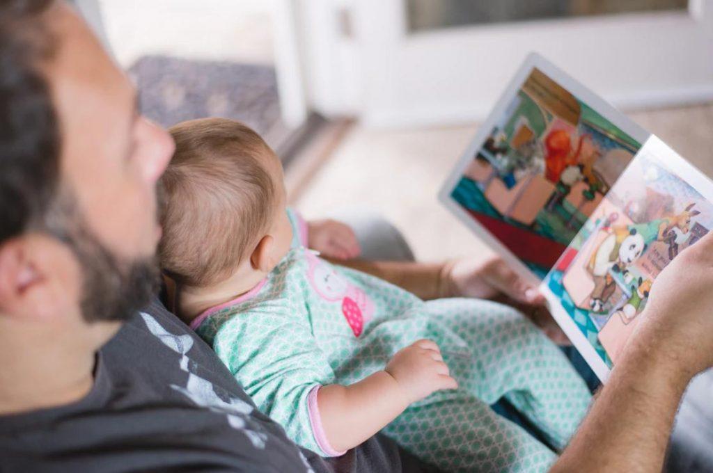 絵本をパパに読んでもらう赤ちゃん