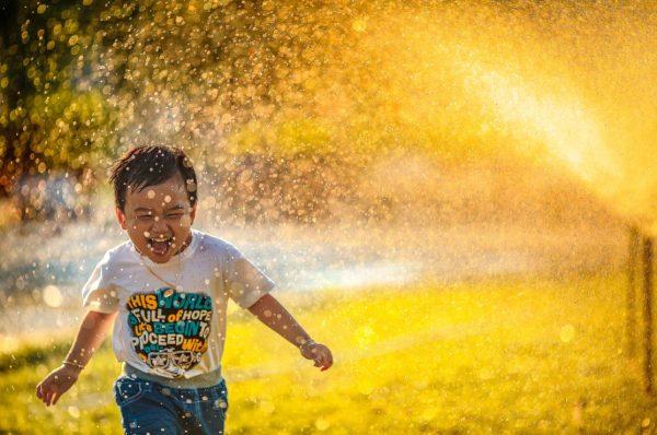 水の中を走る子ども