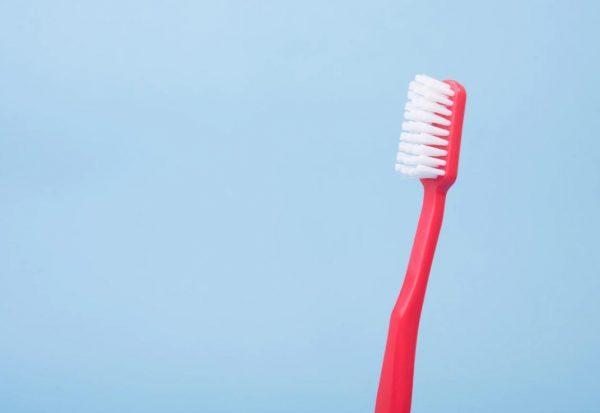 赤い歯ブラシ
