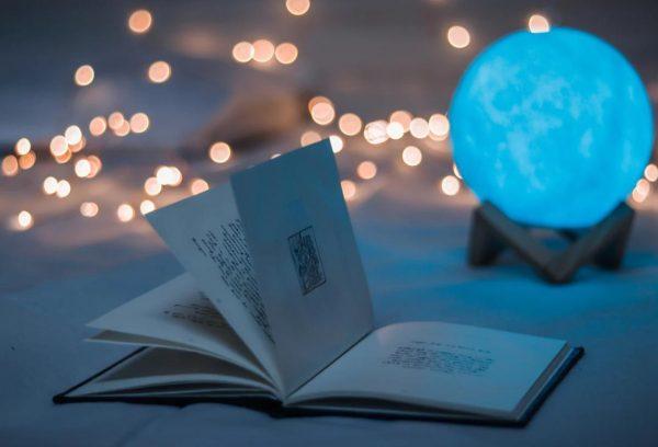 青い照明と本