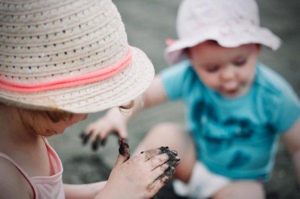 泥遊びをする子ども