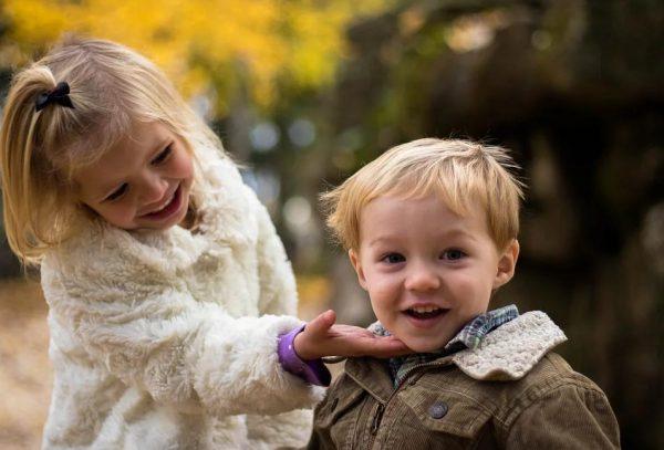 小さい女の子と男の子