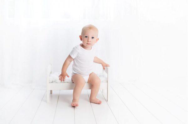 白い景色と赤ちゃん