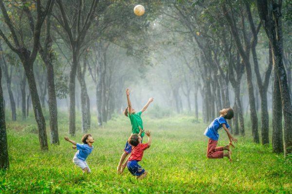 ボールで遊ぶ子どもたち