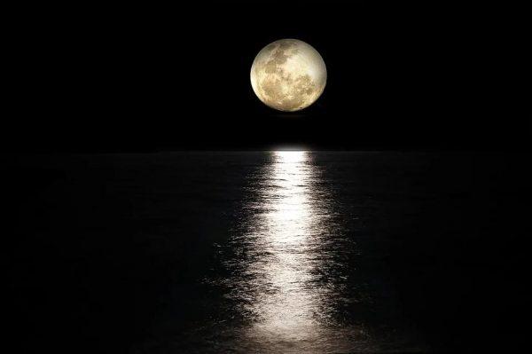 海を照らす月