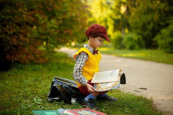 外で本を読む男の子