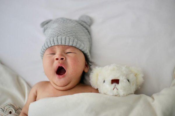 あくびする赤ちゃん