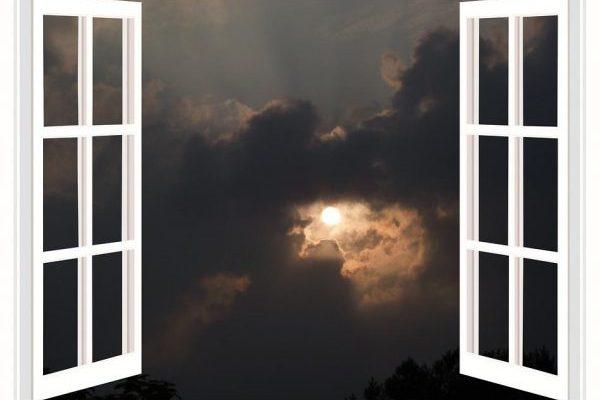 窓から見た月