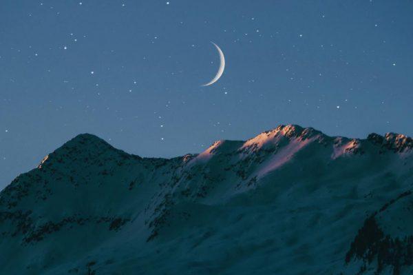 山と三日月