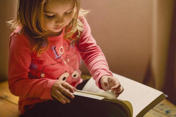 本をめくる女の子