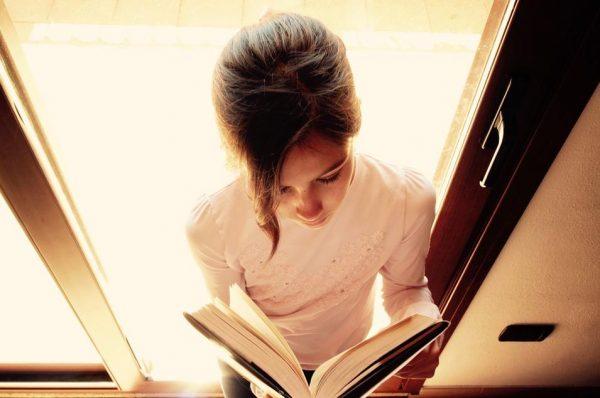 女の子と分厚い本