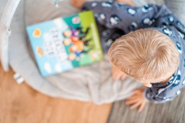 上から見た子どもと絵本