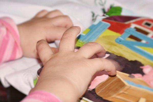 赤ちゃんの手と絵本